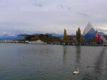 Luzern - Kultur- und Kongresszentrum Luzern - Vierwaldstättersee mit KKL von der Seebrücke aus gesehen
