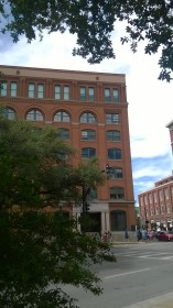 Le bâtiment vu de l'extérieur. Les tirs ont eu lieu depuis l'avant dernier étage à droite