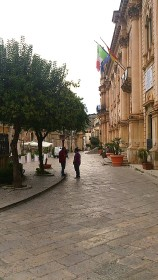Scicli - Via Mornino Penna - Municipio a destra