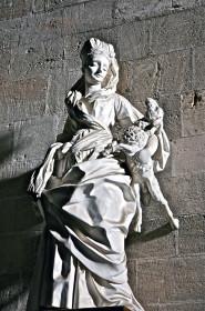 Statue en stuc dans la nef centrale de l'Eglise St. François d'Assise à Palerme