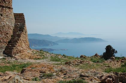 Vue vers le Sud-Est, depuis la tour génoise de Capa Rosso