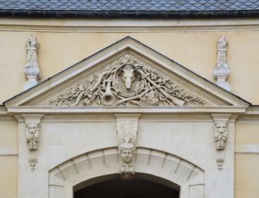 Hôtel des Loups : porte d'entrée (détail du fronton du porche)