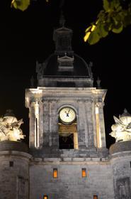 Porte de la Grosse-Horloge de nuit.