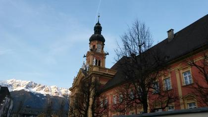 vue de la basilique avec la montagne