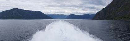 Derrière le bateau