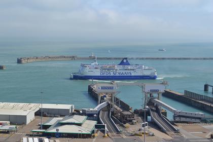 Ein Schiff verlässt die Dover Docks