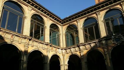 Cour intérieure du palais et bibliothèque de l'archi-gymnase