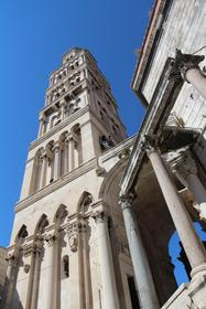 Le campanile et les colonnes du péristyle