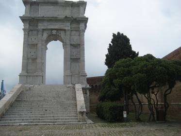 Arco di Traiano (Arc de Trajan)