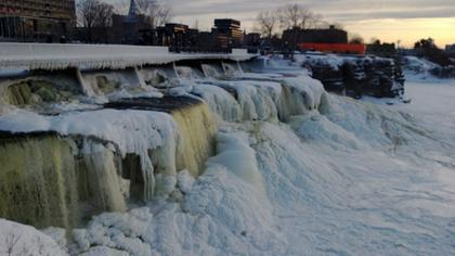 Chutes d'eau de la rivière rideau quand c'est gelé
